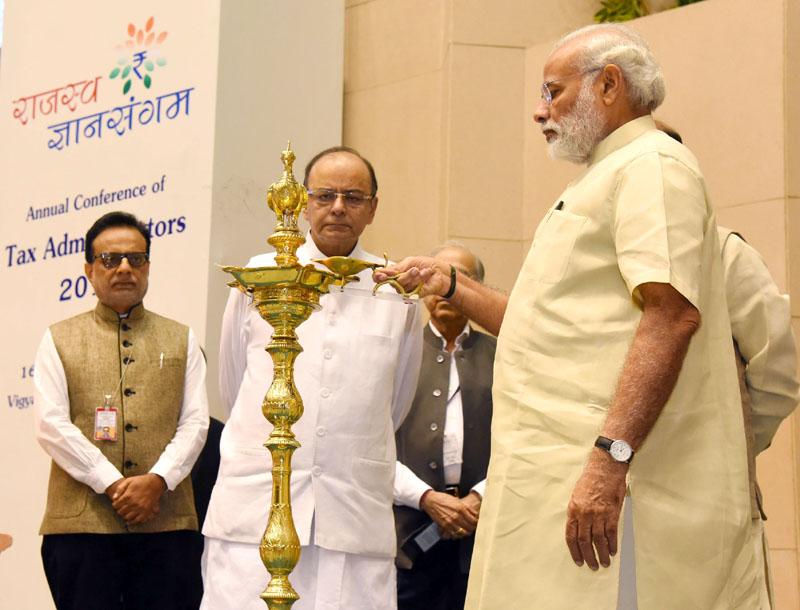प्रधानमंत्री ने इनकम टैक्स और कस्टम एण्ड सेंट्रल एक्साइज के अधिकारियों की संयुक्त बैठक 'राजस्व ज्ञान संगम' को संबोधित किया