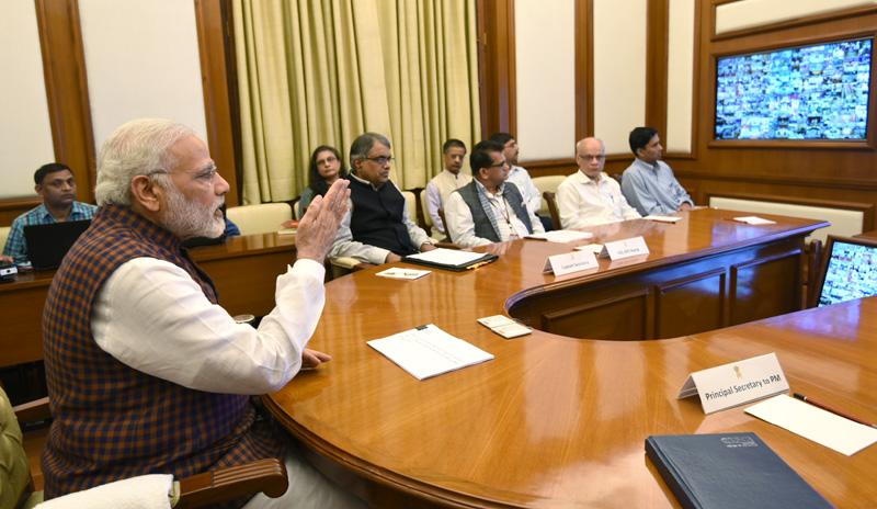 """पंतप्रधानांनी """"नवीन भारत मंथन"""" या संकल्पनेवर देशभरातील जिल्हाधिकर्यांना व्हिडिओ कॉन्फरन्सिंगच्या माध्यमातून संबोधित केले"""