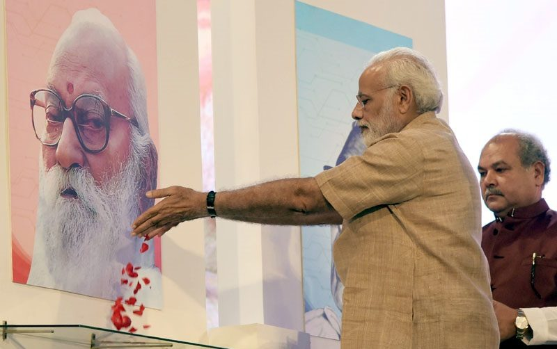 The Prime Minister, Shri Narendra Modi paying floral tributes to Nanaji Deshmukh, on the Birth Centenary Celebrations of Nanaji Deshmukh, at IARI, New Delhi on October 11, 2017.
