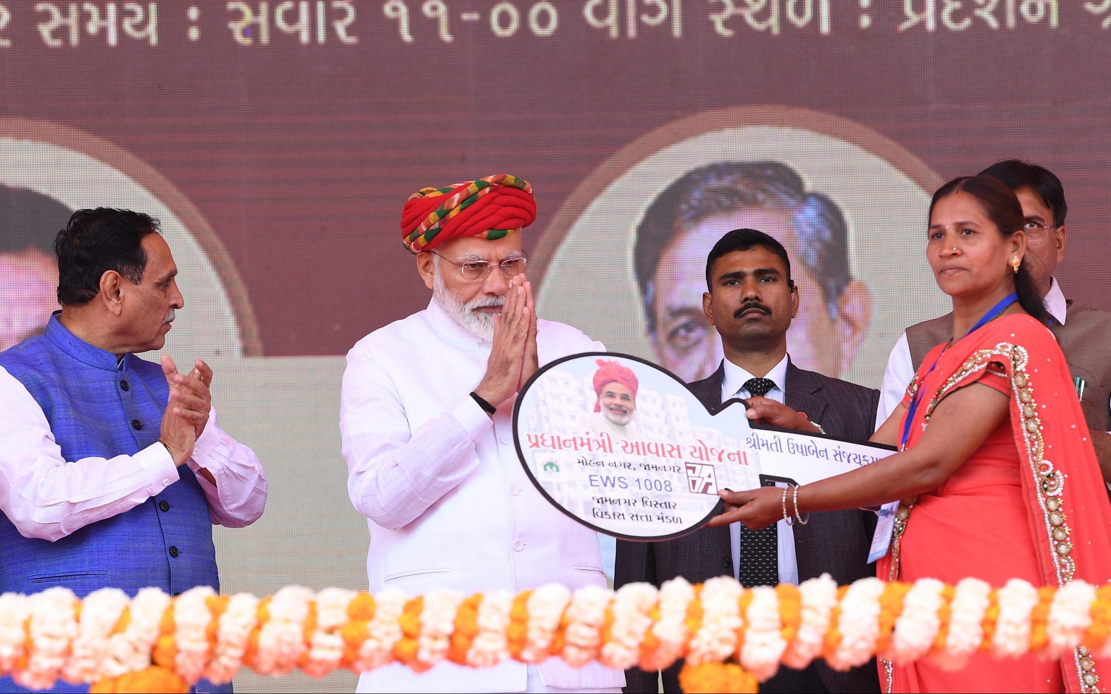 The Prime Minister, Shri Narendra Modi arrives at Jamnagar, Gujarat on March 04, 2019.