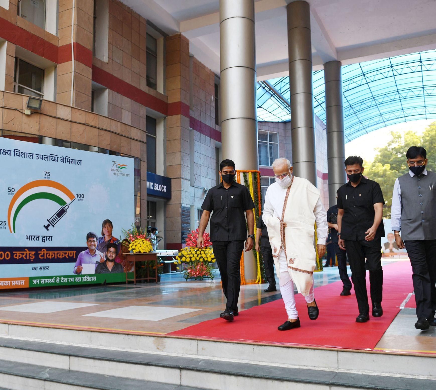 The Prime Minister, Shri Narendra Modi visits the vaccination centre at Dr. Ram Manohar Lohia Hospital, in New Delhi on October 21, 2021.